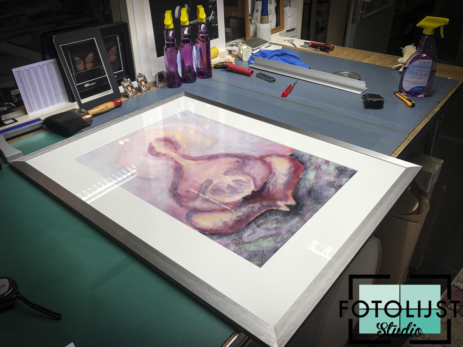 Kunstwerken ingelijst voor expositie